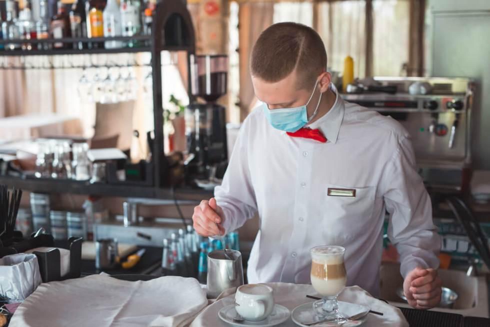 barista con cubrebocas