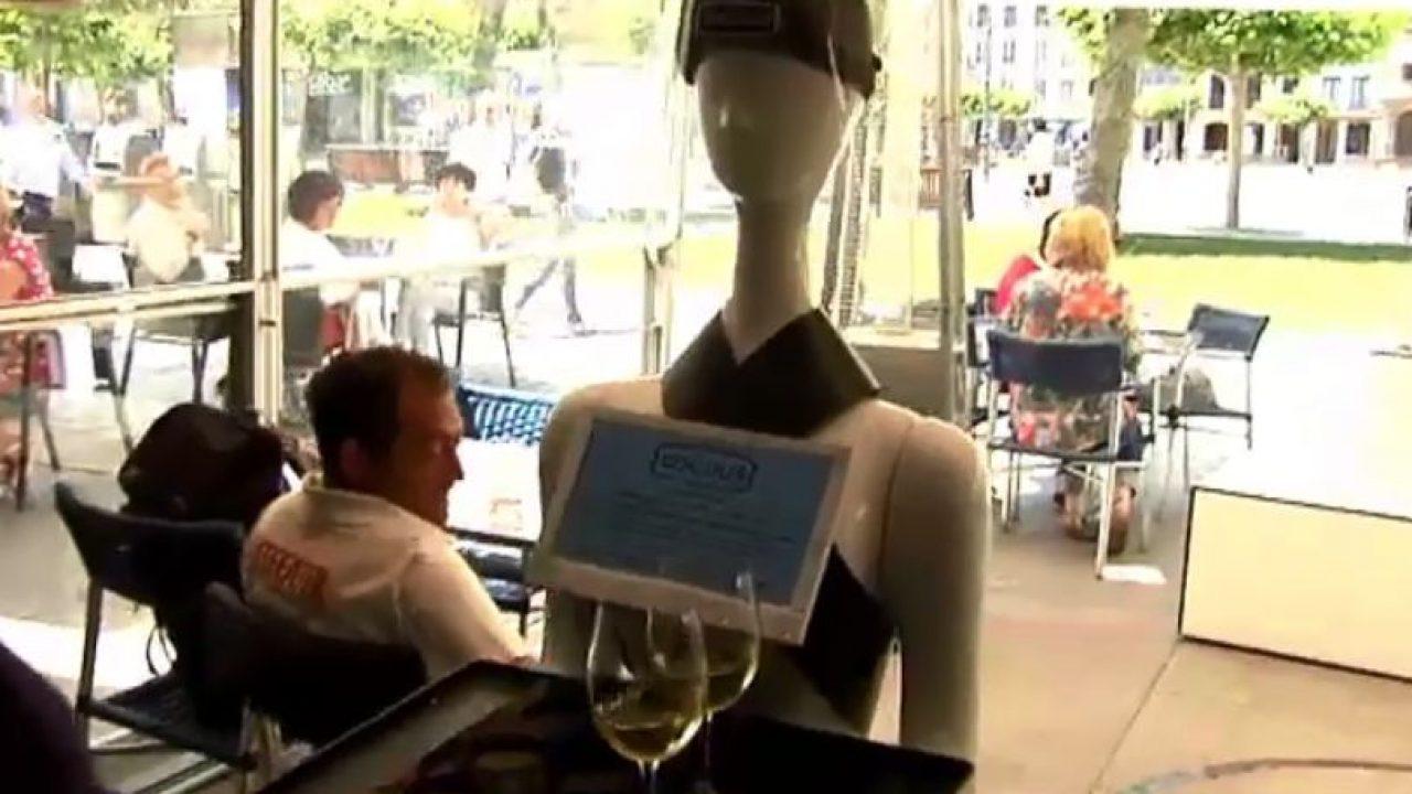 Un robot sirve cervezas y conversa con los clientes en un bar de ...