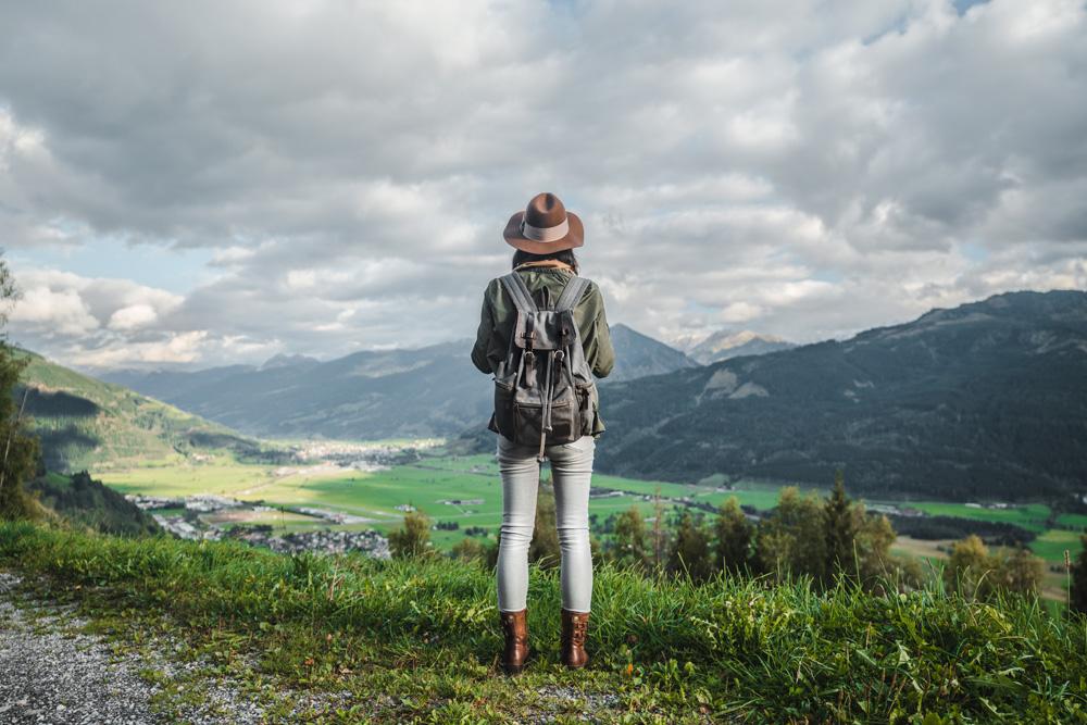 viajeros jóvenes monte naturaleza
